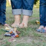 5 barfüßige Menschen im Gras