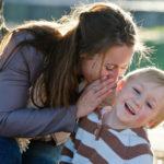Mutter flüster dem Sohn ins Ohr
