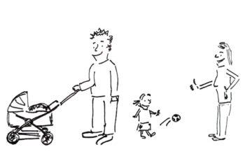 fröhliche Eltern mit Kinderwagen und spielendem Kind