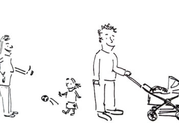 entspannte Eltern mit Kinderwagen und einem spielenden Mädchen